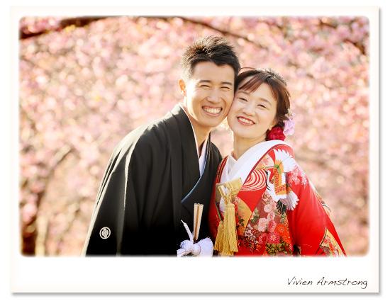 早咲きの河津桜ロケーションで前撮りを楽しむ新郎新婦